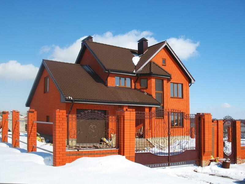 Дом из кирпича теплый зимой